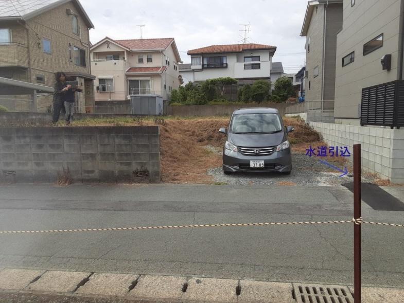建物の間の道路  低い精度で自動的に生成された説明